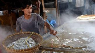 Pekerja memasak ikan yang diasinkan di sentra pengolahan ikan asin, Cilincing, Jakarta Utara, Selasa, 23 April 2019.