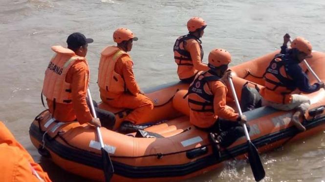 Tim SAR melakukan pencarian korban hanyut akibat banjir bandang di Pemalang.