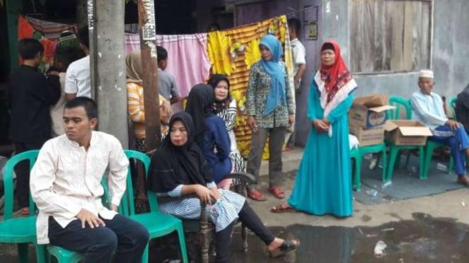 Warga melayat di rumah duka seorang petugas KPPS yang meninggal dunia di Bogor, Jawa Barat, Kamis, 25 April 2019.