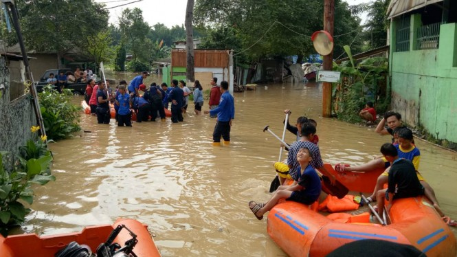 Sungai Cisadane meluap, ratusan rumah di Tangerang terendam