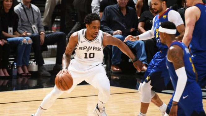 Pemain San Antonio Spurs, DeMar DeRozan saat menghadapi Denver Nuggets.