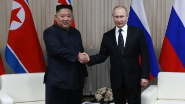https://thumb.viva.co.id/media/frontend/thumbs3/2019/04/26/5cc28099436be-pertemuan-kim-jong-un-dan-vladimir-putin-bawa-harapan-untuk-ribuan-pekerja-korut-di-rusia_375_211.jpg