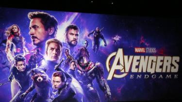 https://thumb.viva.co.id/media/frontend/thumbs3/2019/04/26/5cc2832a9a123-avengers-endgame-enam-alasan-mengapa-film-superhero-begitu-populer_375_211.jpg