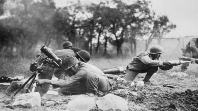 Prajurit tengah bertempur dalam Perang Dunia II