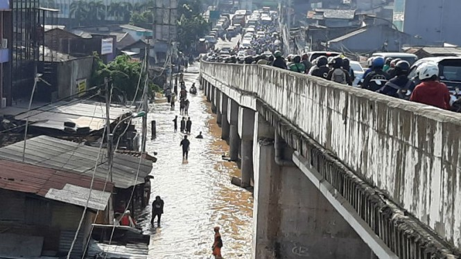 Banjir di kawasan Rawajati, Pancoran, Jakarta Selatan, Jumat pagi 26 April 2019.