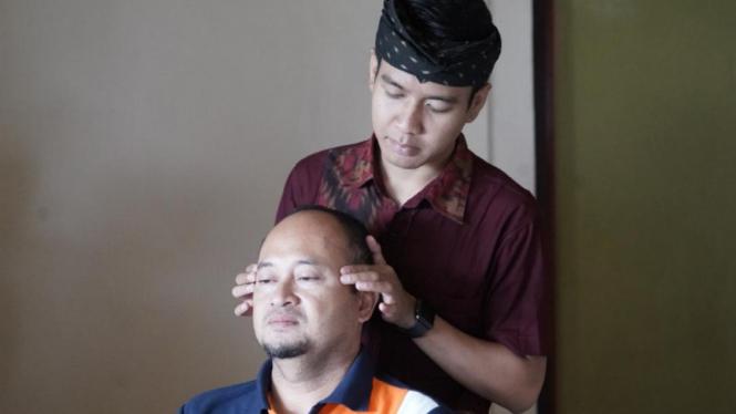Teknik akupresur untuk atasi migrain.