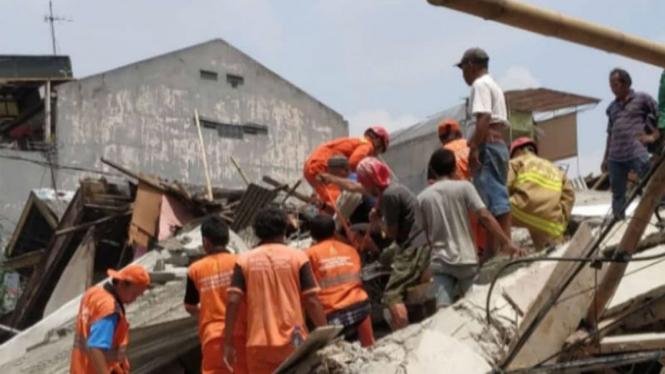 Evakuasi korban rumah yang roboh di Johar Baru, Jakarta Pusat