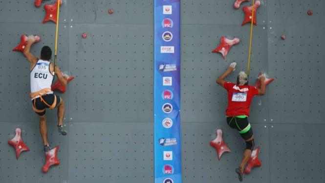 Atlet panjat tebing Indonesia Aspar Jaelolo (kanan) beradu kecepatan saat kualifikasi putra kejuaraan dunia panjat tebing di Chongqing, Cina, Jumat, 26 April 2019.