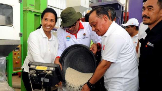 Menteri BUMN Rini Soemarno dan Direktur Utama BTN Maryono.