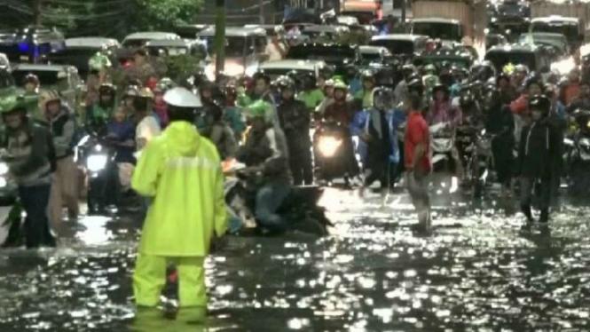 Arus lalu lintas di sejumlah jalan utama di Kota Depok, Jawa Barat, macet akibat banjir pada Jumat malam, 26 April 2019.