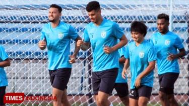 https://thumb.viva.co.id/media/frontend/thumbs3/2019/04/26/5cc3252b31a79-persela-lamongan-resmi-kontrak-dua-pemain-asing-baru_375_211.jpg