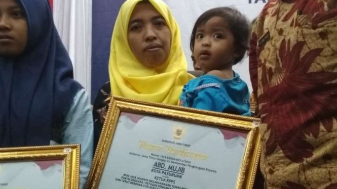 Aisyah dan putrinya, istri petugas pemilu asal Pasuruan yang meninggal, Abd Mujib, di Gedung Negara Grahadi, Surabaya, Jawa Timur, pada Jumat, 26 April 2019.