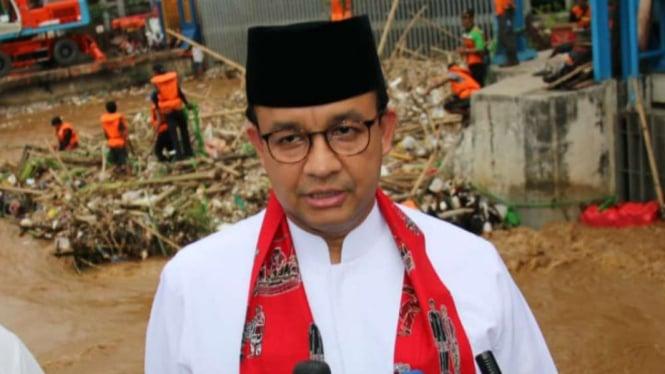 Gubernur DKI Jakarta Anies Baswedan di Pintu Air Manggarai.