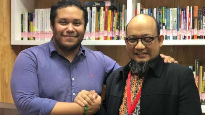 Aktivis Amnesty International Francisco Bencosme saat bertemu dengan Novel Baswedan.