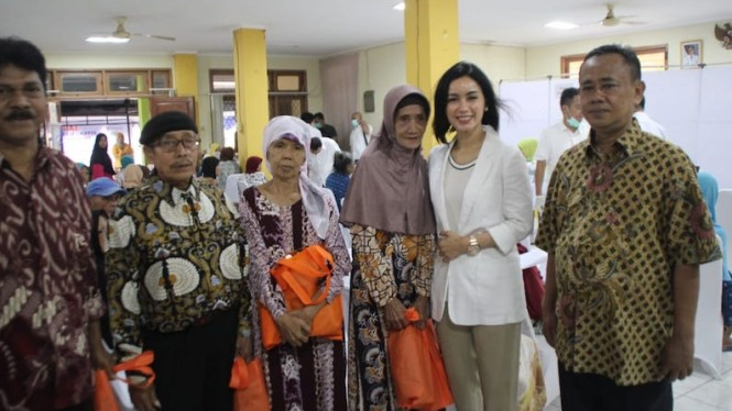 Gaby Bakrie saat bersilaturahmi bersama Lansia di Sasana Tresna Werdha Ciracas, Minggu (28/4).