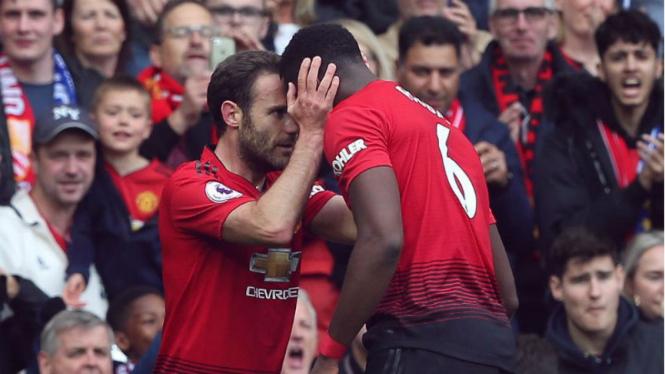 Juan Mata dan Paul Pogba merayakan gol MU ke gawang Chelsea