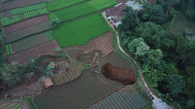 Foto udara lubang raksasa di Sukabumi, Jawa Barat