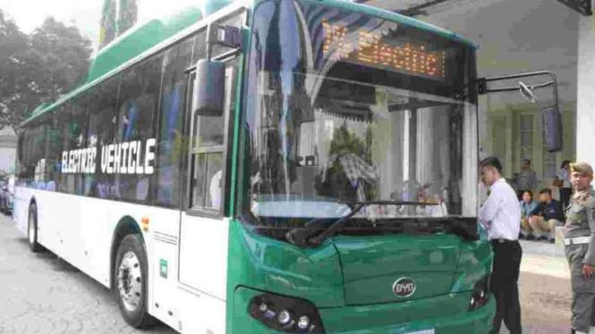 Bus listrik diuji coba di Jakarta, Senin, 29 April 2019.