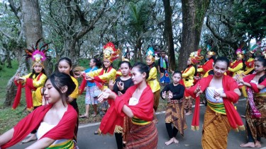 https://thumb.viva.co.id/media/frontend/thumbs3/2019/04/29/5cc6e4ef6bb60-kampung-budaya-polowijen-gelar-ritual-doa-topeng-nusantara_375_211.jpg