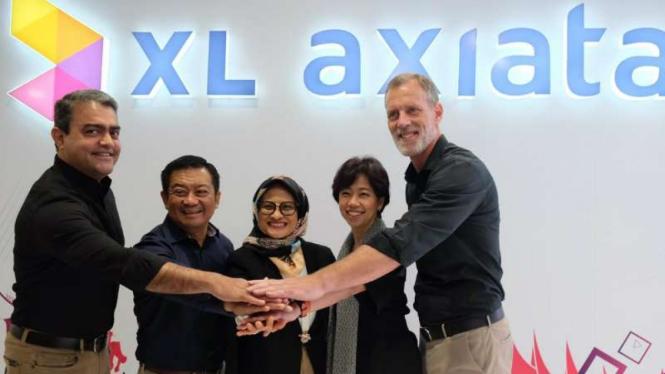 Direktur Utama PT XL Axiata Tbk, Dian Siswarini (tengah).
