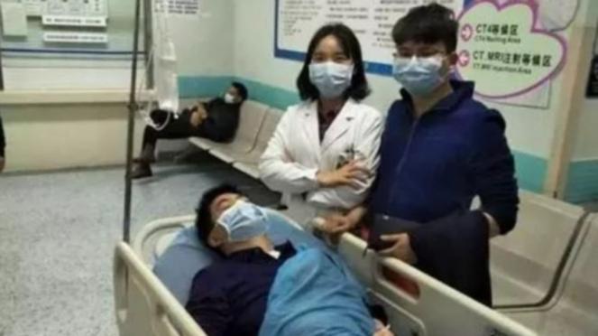 Tam Ling dan suaminya bersama dengan pria yang menyelamatkannya, Zheng Hua
