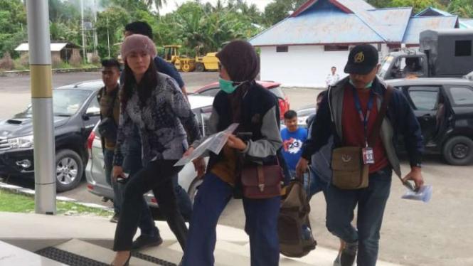 KPK menangkap tangan Bupati Kepulauan Talaud Sri Wahyuni Maria Manalip dan beberapa orang pada yang belum dietahui identitas mereka di Sulawesi Utara pada Selasa, 30 April 2019.