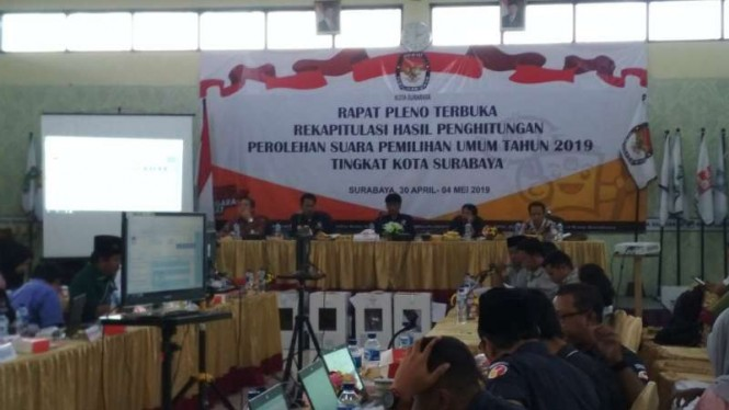 Ilustrasi Pleno rekapitulasi suara di kantor KPU Surabaya.
