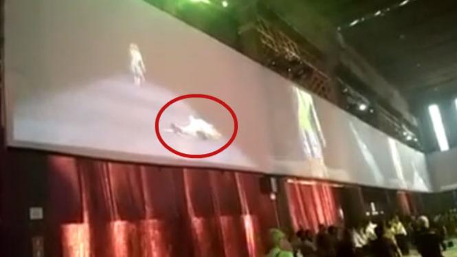 Model tewas di atas catwalk.
