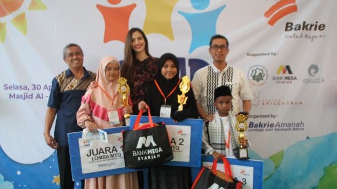 Ramadhania Bakrie bersama para pemenang Olimpiade Islam Anak Negeri (OMAR).