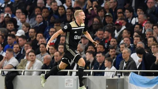 Pemain AJax Amsterdam, Donny van de Beek rayakan gol.
