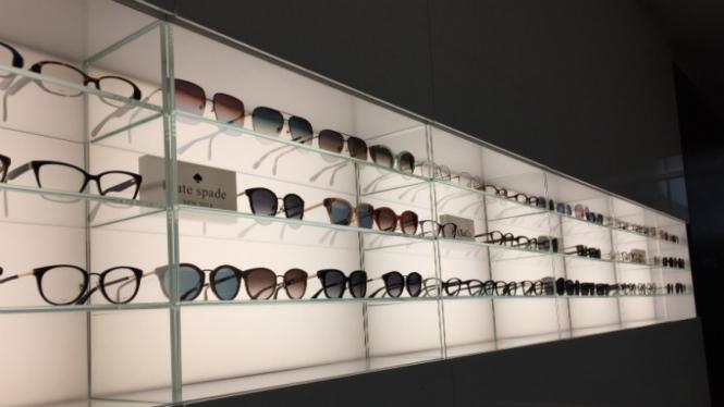 Kacamata hitam.