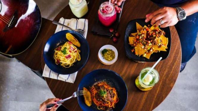 Makan di Eight Bars