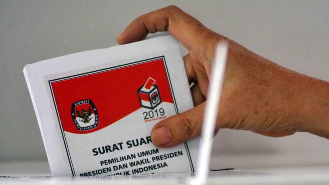 Warga memasukkan surat suara saat Pemilu 2019.