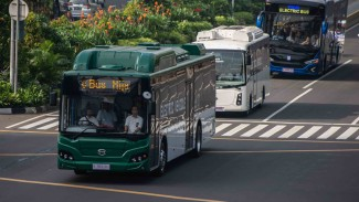Tiga bus listrik melintas saat diuji coba di Jalan MH Thamrin, Jakarta