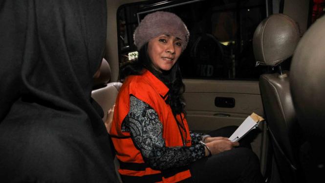 Eks Bupati Kepulauan Talaud Provinsi Sulawesi Utara saat terjaring Operasi Tangkap Tangan (OTT) KPK, Sri Wahyumi Maria Manalip mengenakan rompi tahanan seusai menjalani pemeriksaan di gedung KPK, Jakarta