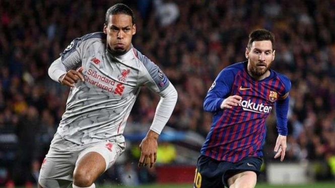 Bek Liverpool Virgil van Dijk (kiri) saat mengawal striker Barcelona Lionel Messi