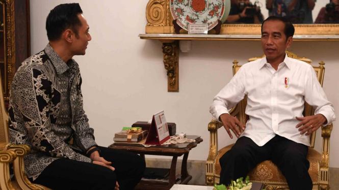 Presiden Joko Widodo (kanan) menerima kunjungan Komandan Komando Satuan Tugas Bersama (Kogasma) Partai Demokrat Agus Harimurti Yudhoyono (AHY)