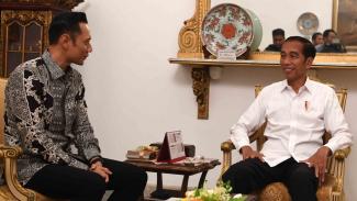 Presiden Joko Widodo (kanan) menerima kunjungan Komandan Komando Satuan Tugas Bersama (Kogasma) Partai Demokrat Agus Harimurti Yudhoyono (AHY) di Istana Negara, Jakarta
