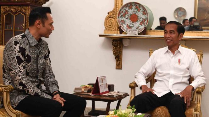 Presiden Joko Widodo (kanan) menerima kunjungan Komandan Komando Satuan Tugas Bersama (Kogasma) Partai Demokrat Agus Harimurti Yudhoyono (AHY) di Istana Negara, Jakarta, beberapa waktu lalu.