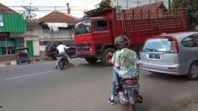 Pemotor nyaris tertabrak truk.