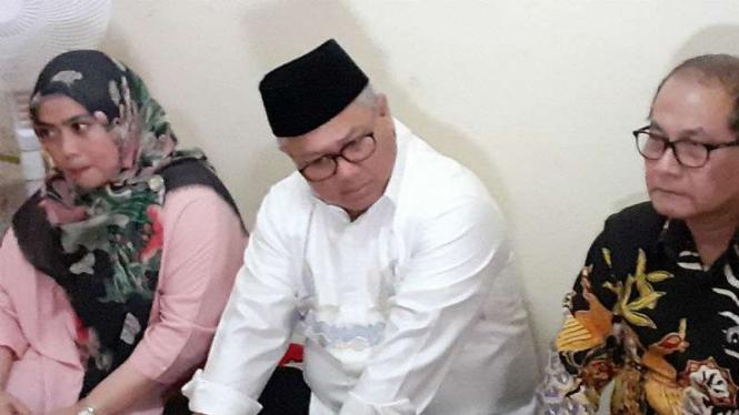 Ketua KPU Arief Budiman saat memberikan santunan kepada keluarga KPPS.