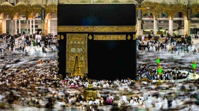 Umat Islam melakukan Tawaf keliling Kakbah sebagai bagian dari pelaksanaan ibadah Umroh di Masjidil Haram, Makkah Al Mukarramah, Arab Saudi