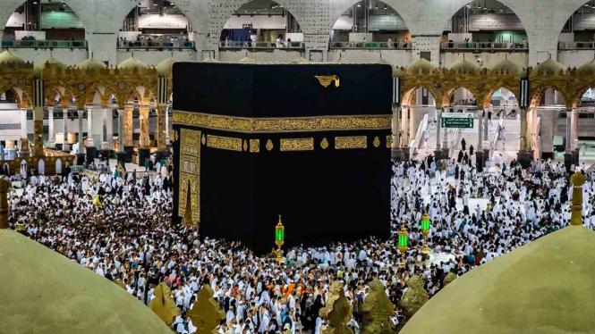 Umat Muslim melakukan Tawaf keliling Kakbah sebagai bagian dari pelaksanaan ibadah Umroh di Masjidil Haram, Makkah Al Mukarramah, Arab Saudi