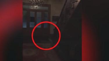 Hantu cilik turun dari tangga.