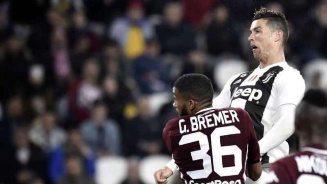 Megabintang Juventus, Cristiano Ronaldo, dalam laga Serie A melawan Torino