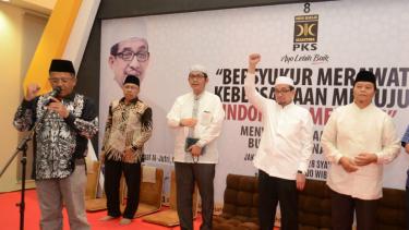 Presiden PKS Mohamad Sohibul Iman (kiri) resmika program Ansyitoh Ramadhan.