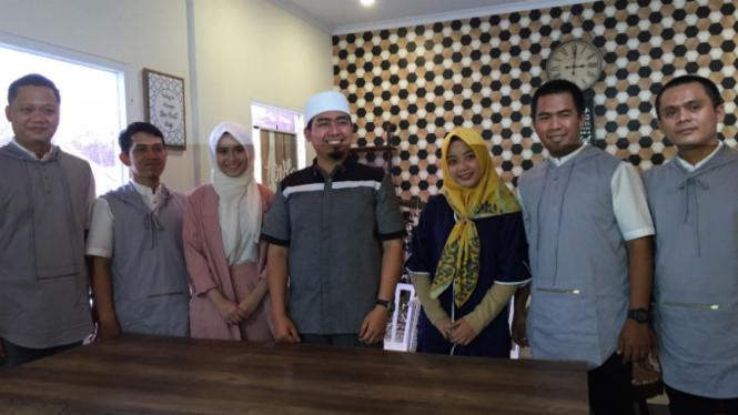 Ustaz Soleh Muhammad atau Solmed bentuk grup musik gambus.