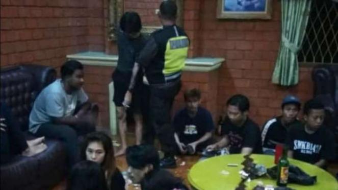 Sebanyak 32 muda-mudi ditangkap oleh aparat gabungan TNI, Polri, dan Satpol PP di sebuah vila di Cisaeua, Puncak, Bogor, Jawa Barat, pada Minggu dini hari, 5 Mei 2019.