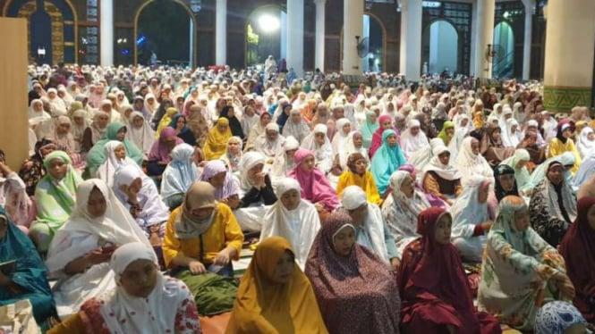 Jemaah salat tarawih di Masjid Al Akbar Surabaya, Jawa Timur, pada Minggu malam, 5 Mei 2019.