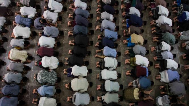 Umat muslim menunaikan ibadah shalat tarawih pertama bulan Ramadan 1440 H di Masjid Pondok Pesantren Assalam, Pabelan, Sukoharjo, Jawa Tengah, Minggu, 5 Mei 2019.